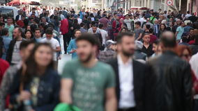 Foule des personnes marchant les rues Istanbul/Taksim/Istiklal/April/2016 clips vidéos