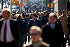Foule des personnes marchant sur le trottoir de rue image libre de droits
