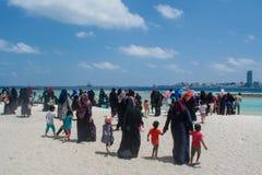 Foule des personnes musulmanes marchant vers l'océan image libre de droits