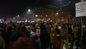 Foule des personnes protestant contre les politiciens corrompus de Roumain banque de vidéos