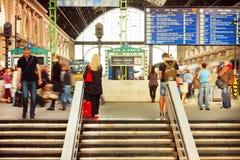 Foule des personnes sur des escaliers de gare ferroviaire de Keleti attendant le départ de train Photos stock