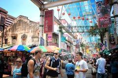 Foule des personnes sur la rue célèbre de Petaling en ` s Chin de Kuala Lumpur Photo stock