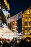 Foule des personnes sur la rue du marché de Noël avec des décorations Images libres de droits