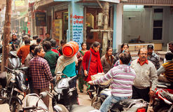 Foule des personnes sur la rue étroite avec des conducteurs de moto et des piétons Photos stock