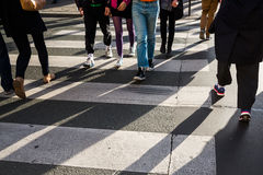 Foule des personnes traversant une rue Photo stock