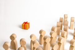 Foule des regards de personnes au boîte-cadeau Le concept de trouver le cadeau parfait et meilleur L'offre et donner de n'importe photographie stock libre de droits