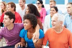 Foule des spectateurs observant l'événement de sports en plein air Images libres de droits