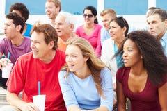 Foule des spectateurs observant l'événement de sports en plein air Image stock
