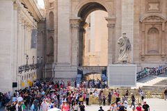 foule des touristes près de la basilique de St Peter à Rome photographie stock libre de droits