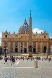 foule des touristes près de la basilique de St Peter à Rome photos libres de droits