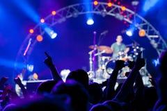 Foule des ventilateurs à un concert images stock