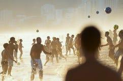 Foule du football de plage sur la plage à Rio Photographie stock libre de droits