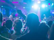 Foule encourageante à un concert de rock images stock