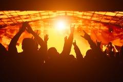 Foule encourageante au concert Images stock