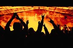 Foule encourageante au concert image stock