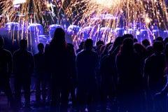 Foule et feux d'artifice, concept de nouvelle année Images stock