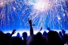 Foule et feux d'artifice, concept de nouvelle année Image stock