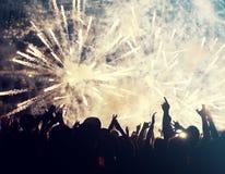 Foule et feux d'artifice encourageants - concept de nouvelle année Photographie stock