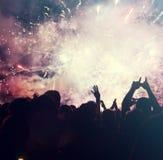 Foule et feux d'artifice encourageants - concept de nouvelle année Image stock