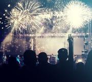 Foule et feux d'artifice encourageants - concept de nouvelle année Photo stock