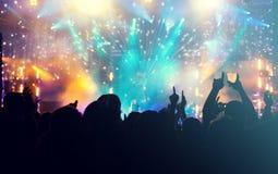 Foule et feux d'artifice encourageants - concept de nouvelle année Photographie stock libre de droits