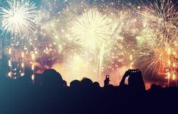 Foule et feux d'artifice encourageants - concept de nouvelle année Photos stock