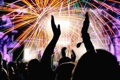 Foule et feux d'artifice encourageants ` S Eve Party de nouvelle année Photographie stock libre de droits