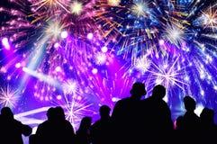 Foule et feux d'artifice encourageants ` S Eve Party de nouvelle année Image libre de droits