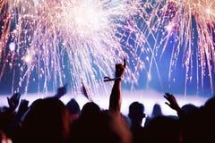 Foule et feux d'artifice encourageants ` S Eve Party de nouvelle année Photographie stock