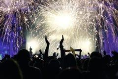 Foule et feux d'artifice gais, nouvelle année Photographie stock libre de droits
