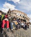Foule fatiguée devant le Colloseum à Rome Photo libre de droits