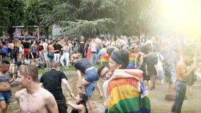 Foule gaie heureuse de LGBT à la fierté annuelle dansant la fontaine publique banque de vidéos