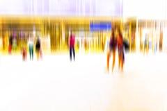 Foule occupée des personnes marchant dans la station de métro, Photographie stock