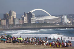 Foule recueillie sur la plage à Durban Afrique du Sud Photo stock