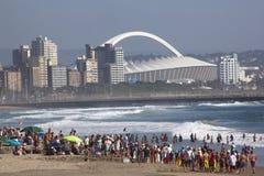 Foule recueillie sur la plage à Durban Afrique du Sud Photo stock