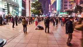 Foule sur la route de Nanjing Images libres de droits