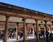 Foule sur la rue à Bath l'angleterre image stock