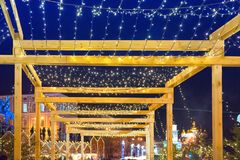 Foule sur la rue la nuit vacances Image stock