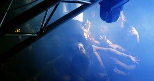 Foule surfant à un concert 4k banque de vidéos
