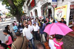 Foules à Kandy Sri Lanka sur le trottoir Images stock