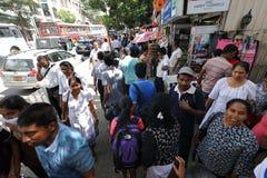 Foules à Kandy Sri Lanka sur le trottoir Image libre de droits