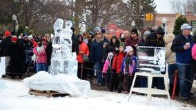 Foules appréciant le festival de glace de Plymouth photographie stock libre de droits