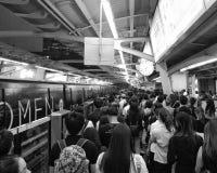 Foules attendant le train public Photo stock