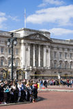 Foules au Buckingham Palace Photo libre de droits