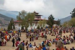 Foules au festival religieux de Tshechu dans la forteresse de Paro, Bhutan Photographie stock libre de droits