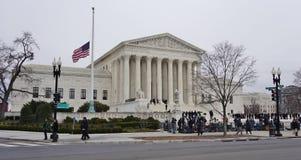 Foules des personnes en deuil et du media devant le bâtiment de court suprême où la défunte justice Antonin Scalia s'étend dans l Image stock