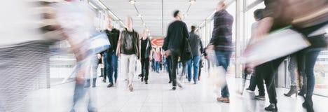 Foules des personnes marchant dans un centre commercial Photographie stock libre de droits