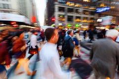 Foules des personnes sur le mouvement sur Broadway, Manhattan, New York City Photos libres de droits