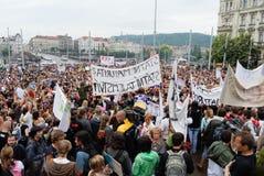 Foules des personnes tenant des bannières protestant encore le ministère local sur une place Photographie stock