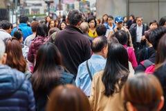 Foules des personnes traversant une route en Hong Kong Photos libres de droits